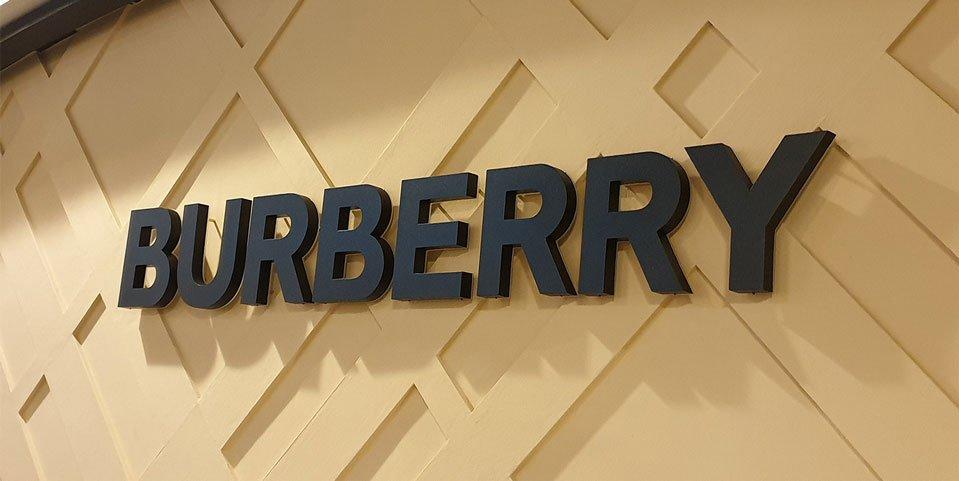 realizzazione insegna burberry